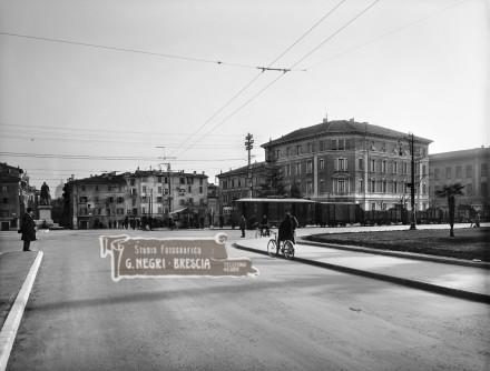 Treno merci elettrico in città a Brescia negli anni trenta