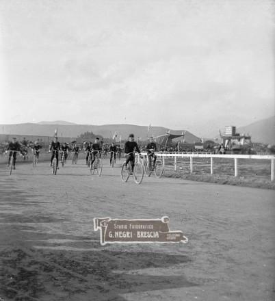 Gara ciclistica sul circuito di Campo Marte a Brescia nel 1906